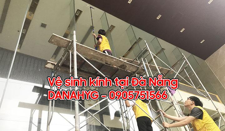 Vệ sinh kính định kỳ khách sạn tại Đà Nẵng