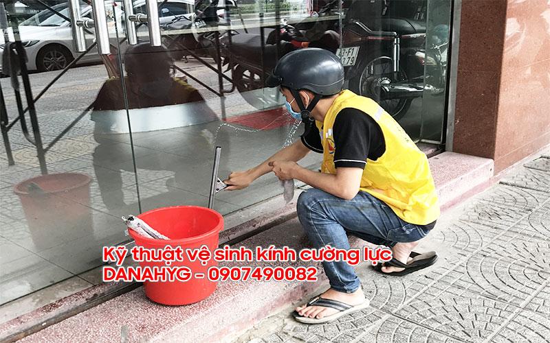 Kỹ thuật vệ sinh kính